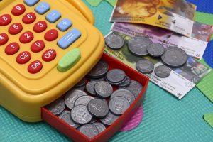 Spielzeugkasse, um Kindern den Umgang mit Geld beizubringen